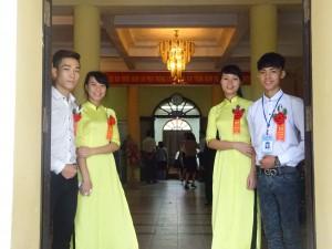 Các em tiếp tân trẻ trung làm nhiệm vụ đón khách