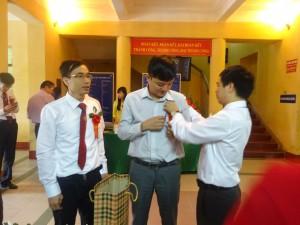 TS. Phan Quang Sáng ân cần gắn hoa cho đại biểu