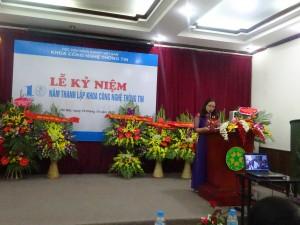 MC xinh đẹp, cô Nguyễn Thị Thuỷ khai mạc lễ kỷ niệm và giới thiệu đại biểu