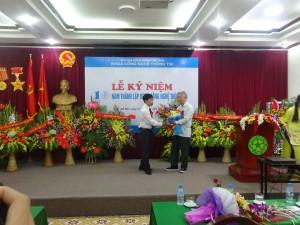 PGS. Vũ Tự Tân, Nguyên trưởng môn đầu tiên của BM Tin học lên trao tặng lãng hoa chúc mừng