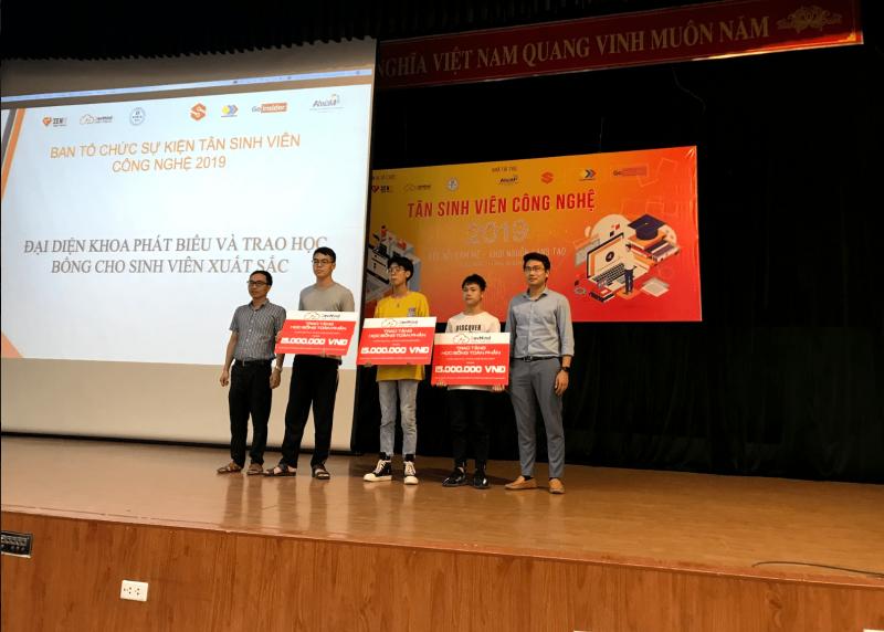 Đại diện Công ty và Ban chủ nhiệm Khoa trao tặng học bổng cho 03 sinh viên xuất sắc